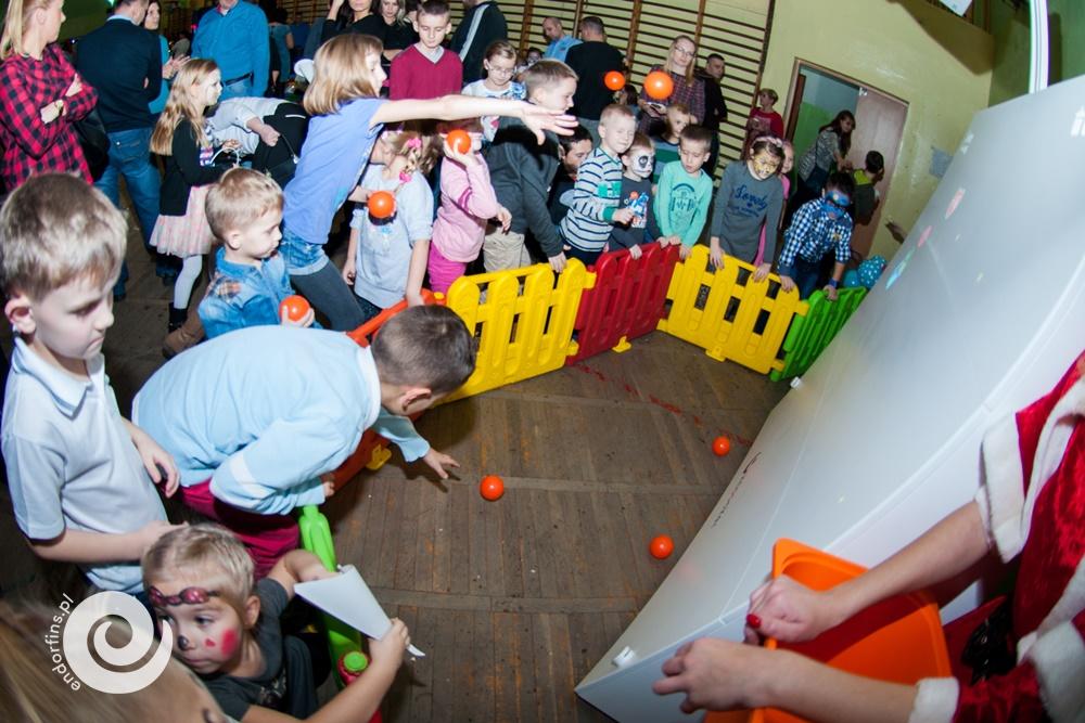 zabawa-dla-dzieci-interaktywna-ścianika-do-rzucania-piłeczkami-knoocker