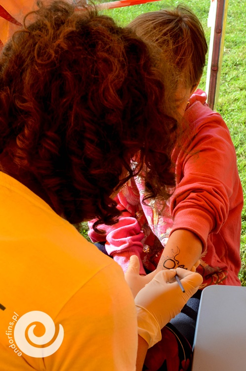 tatuaże z henny dla dzieci podczas pikniku firmowego