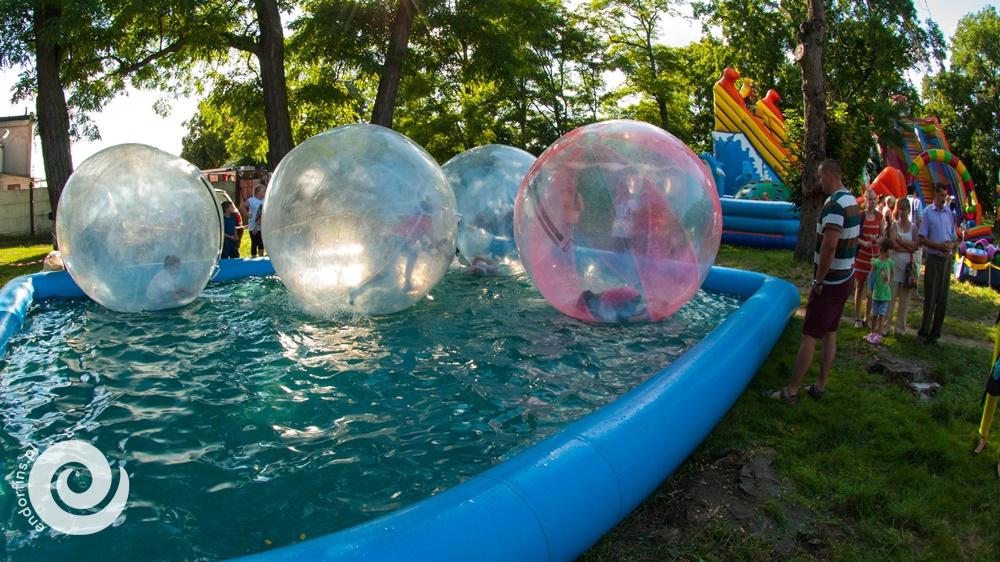 pływające kule wodne wraz z basenem na wynejm