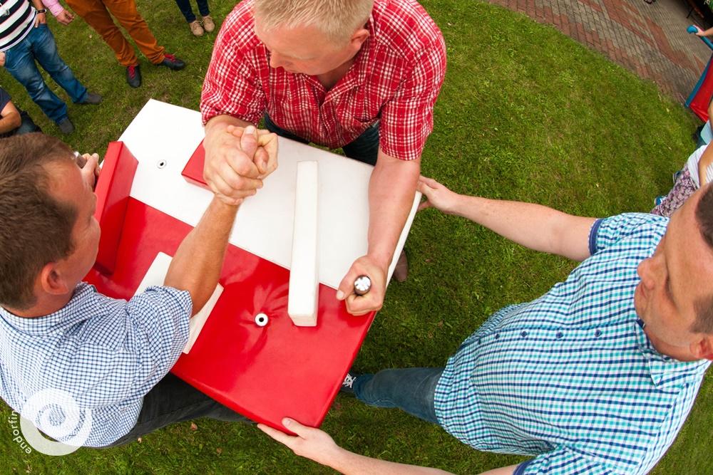 siłowanie na ręce atrakcja na piknik firmowy