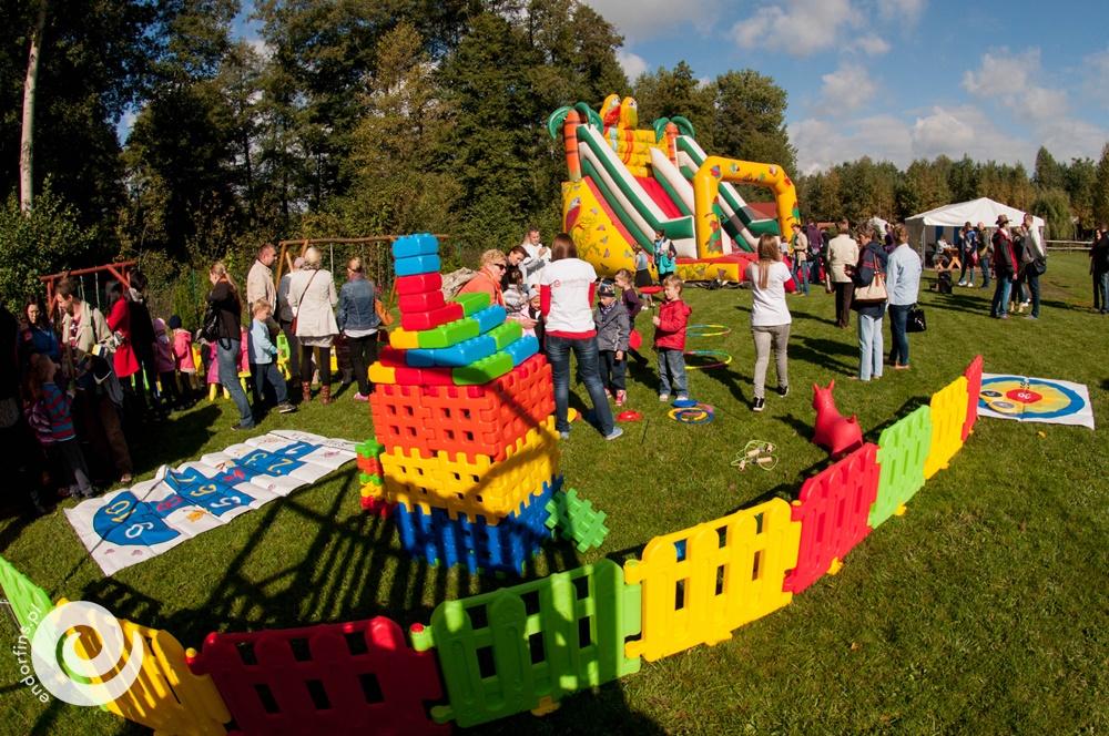 ogrodzona strefa zabaw dla dzieci