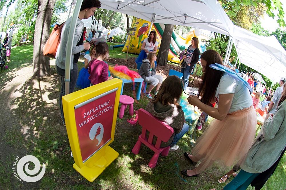 studio fryzór dla dzieci - zaplatanie kolorowych warkoczy
